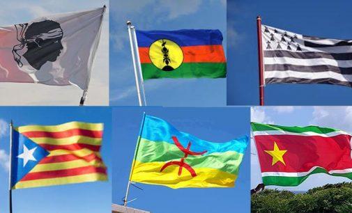 DRAPEAU : R. CONFIANT ET Y-L MONTHIEUX S'OPPOSENT