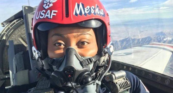 Une diplômée de l'Université Howard entre dans l'histoire, devenant la première femme officier afro-américaine des Thunderbirds de l'US Air Force,