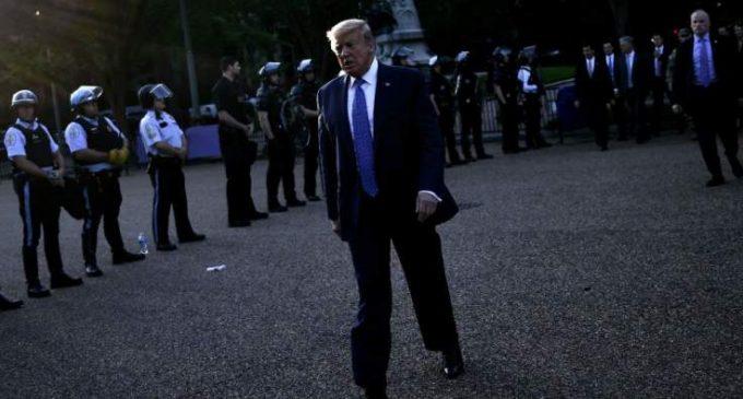 Mises en scène, dérive autoritaire… À quoi joue Trump?