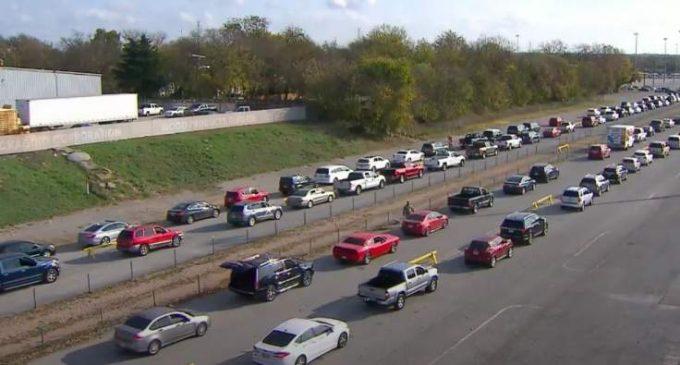 Au Texas, des milliers d'automobilistes font la queue pour avoir un peu de nourriture