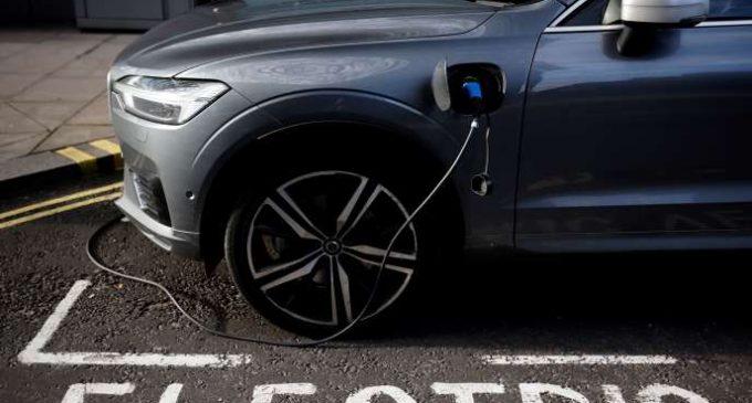 Les voitures hybrides rechargeables pourraient rejeter jusqu'à douze fois plus de CO2 que ce qu'annoncent les constructeurs