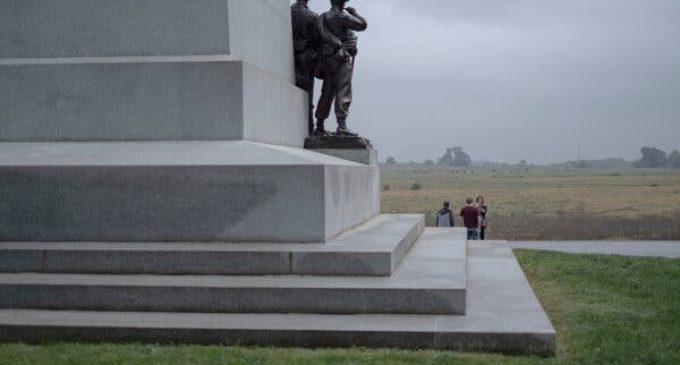 Au milieu de la guerre des monuments, un rassemblement pour «plus d'histoire.»