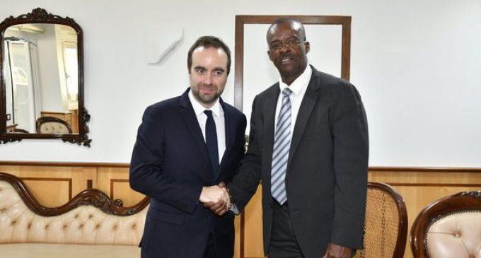 Le ministre des Outremers met les pieds dans l'eau et éclabousse le Président de la Région Guadeloupe