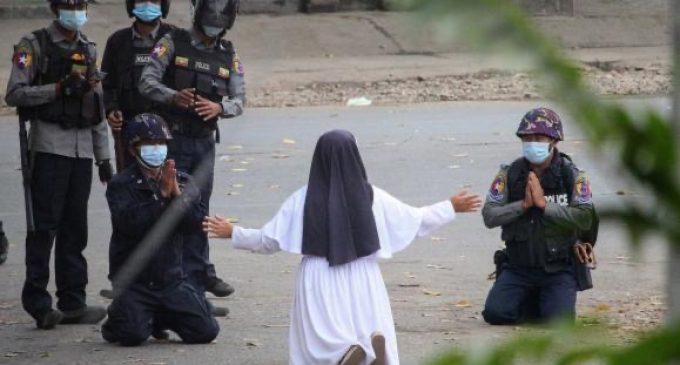En Birmanie, une religieuse agenouillée devant les militaires devient le symbole de la résistance pacifique face à la junte