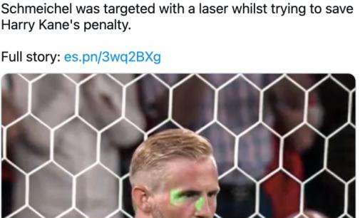 Des images télévisées ont clairement montré un feu vert lumineux sur le visage du gardien