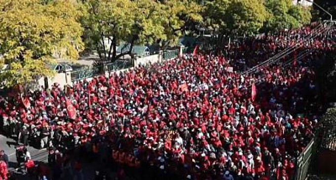Afrique du Sud : des manifestants réclament des vaccins contre la Covid-19